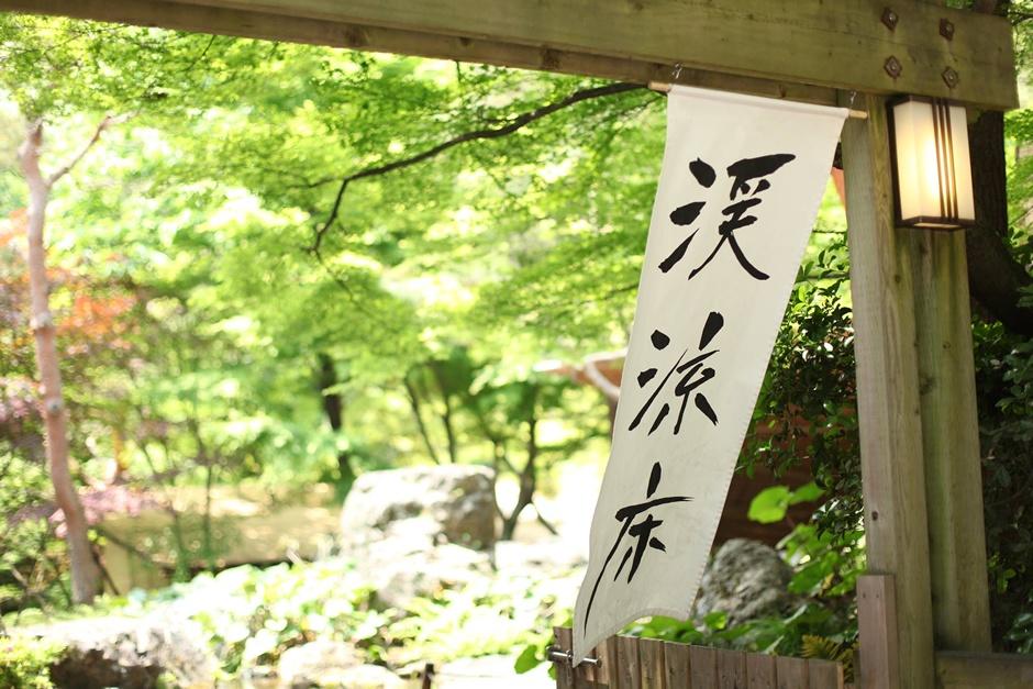 京都の夏の風物詩は数ありますが、「納涼床」もぜひ一度は体験したい京都らしいものですね