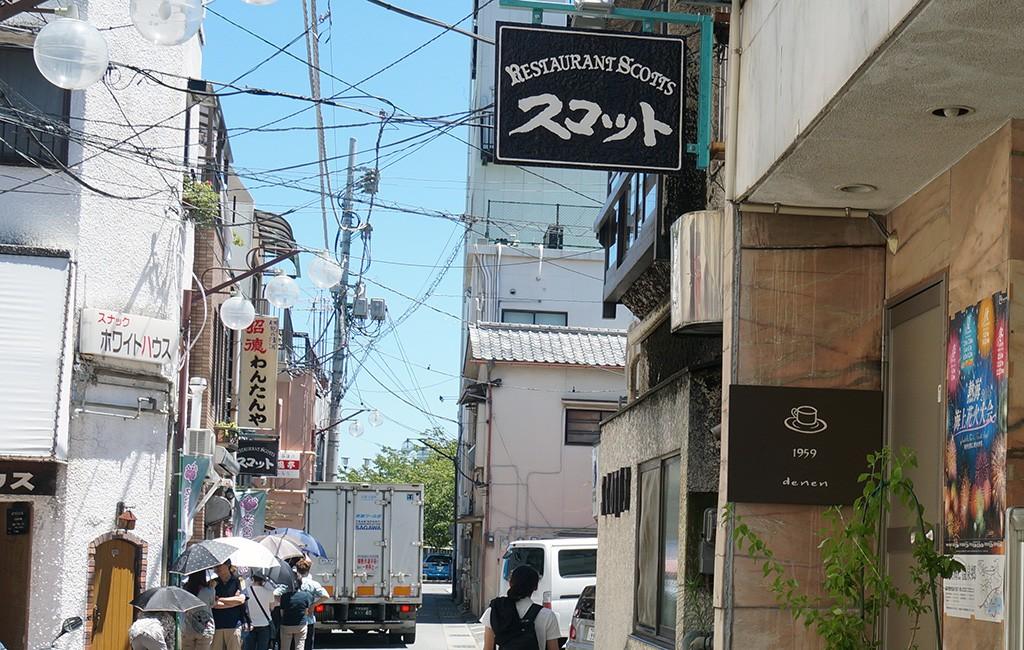 手前が旧館、奥にみえるのが新館。近所には「café田園」や「わんたんや」などの人気店も。