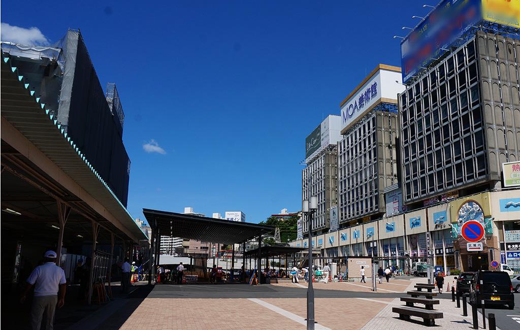 熱海駅前広場。左手が建設中の駅ビル、右手が昔ながらのビル群