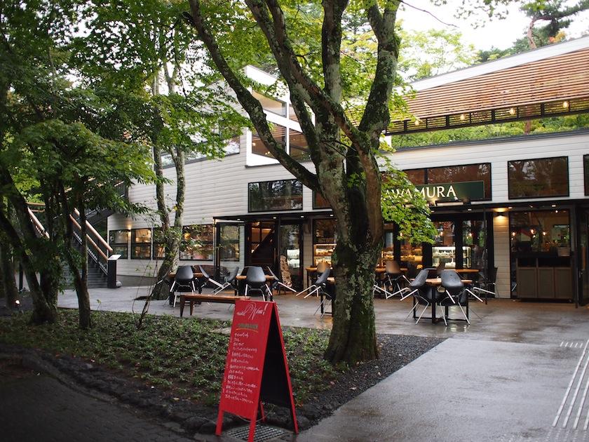 カフェや、イタリアン、フレンチなどのレストランが点在する離山通り