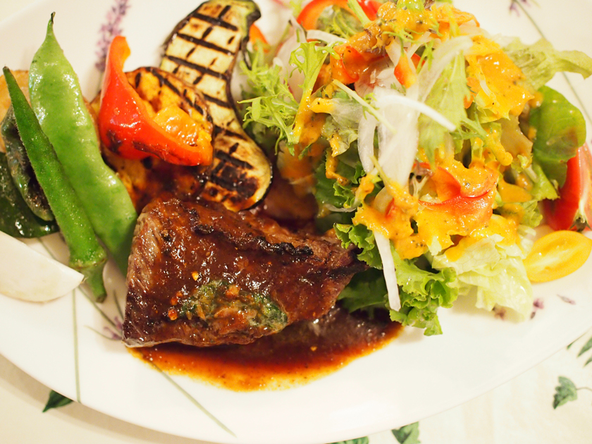 ランチは、ステーキやハンバーグなどのメインディッシュに、玄米とソフトドリンク付きで1,100円~。男性でも満腹になるボリューム!