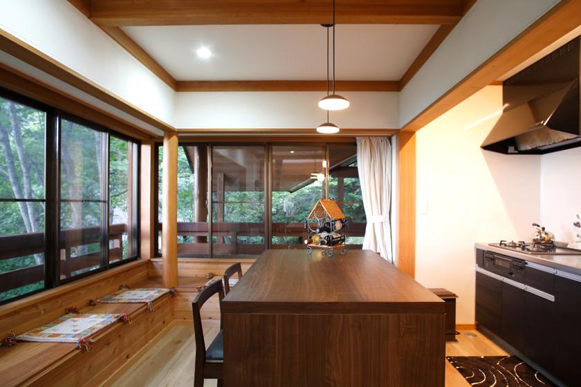 細やかな心配りがなされたキッチン。窓外には清々しい緑が