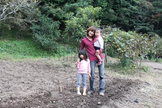 この家を購入してから生まれたマメを抱っこして、畑で。Kさんの娘さんと同じ、生粋の三芳育ちです。