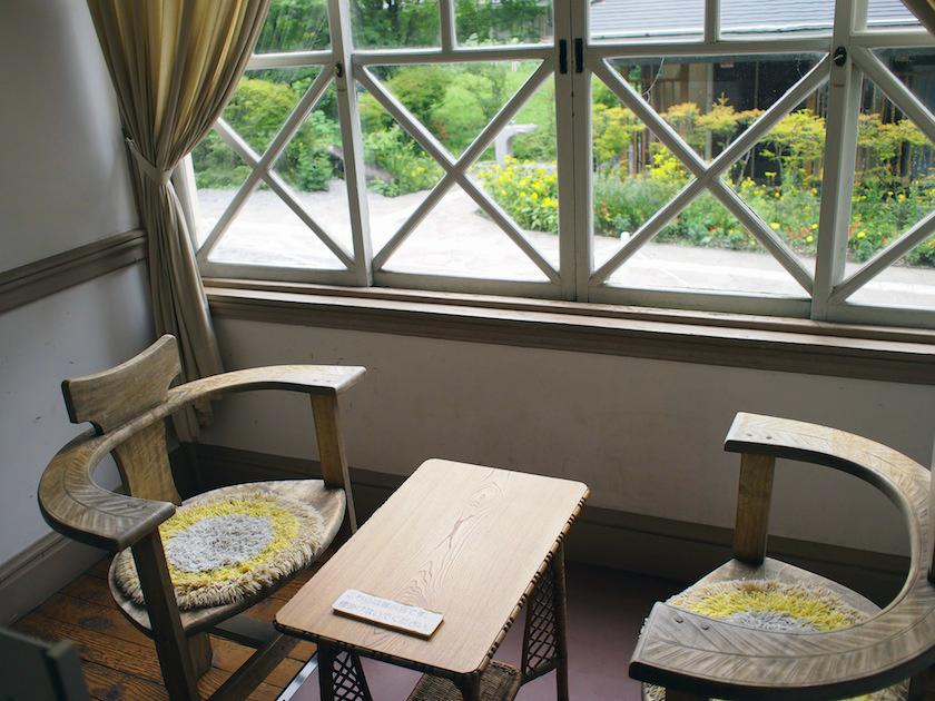 窓の格子や椅子のアーチなど、現代でも真似してみたい