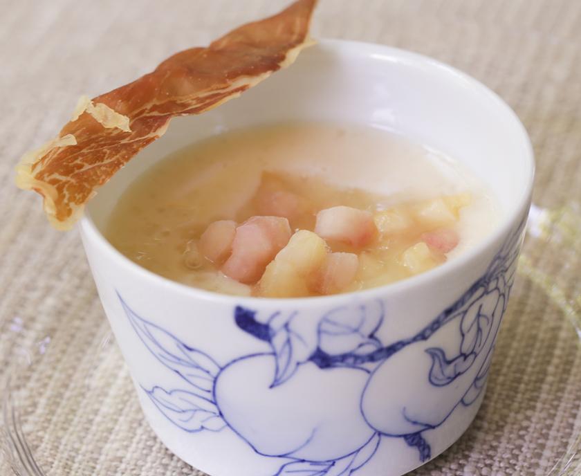 スープ「桃のスープ ハーブティーのジュレ 生ハムチップ」