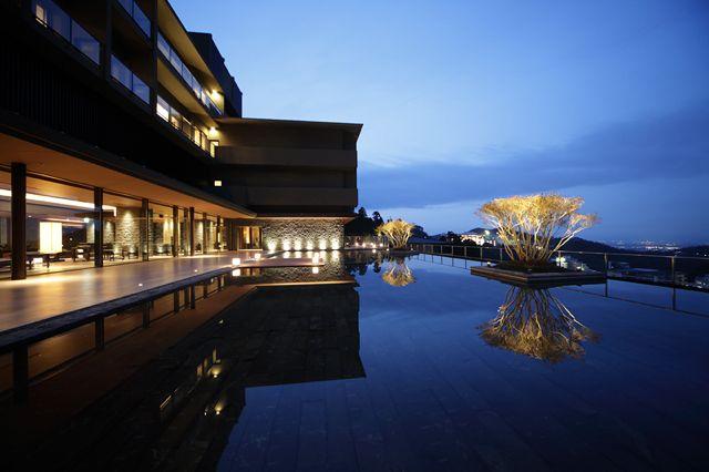 東急ハーヴェストクラブ有馬六彩のラウンジ前テラスは水をたたえた幻想的な空間