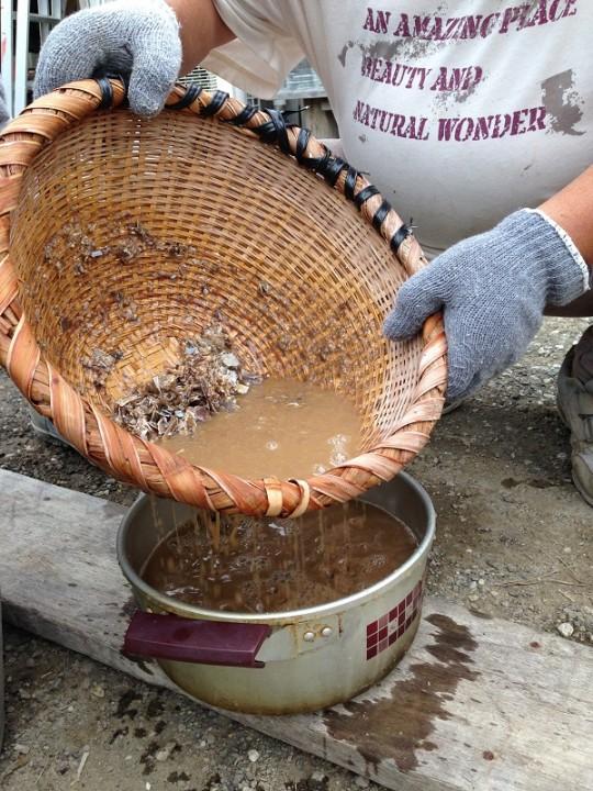 「いろいろ使ってみたけれど、竹のザルがいちばんうまく濾せる」とのこと。