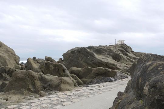 「朝日と夕日を眺めるベンチ」が置かれている巨大な岩