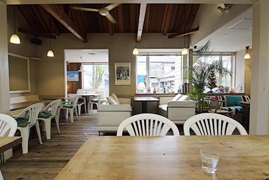 床や椅子にペットが利用しても掃除しやすい素材を使い、一般の人が利用しても心地よい時間を過ごすことができる「ポルトメゾン ルームス」
