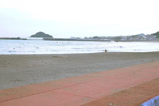 平日の16時頃撮影。曇りにも関わらず、「前原横渚海岸」では多くのサーファーが波乗りを楽しんでいた