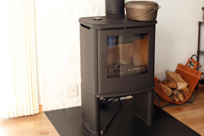 薪ストーブ。7年間に及ぶドイツ・ミュンヘンでの生活で、暖炉の快適さを知ったことも導入の背景に