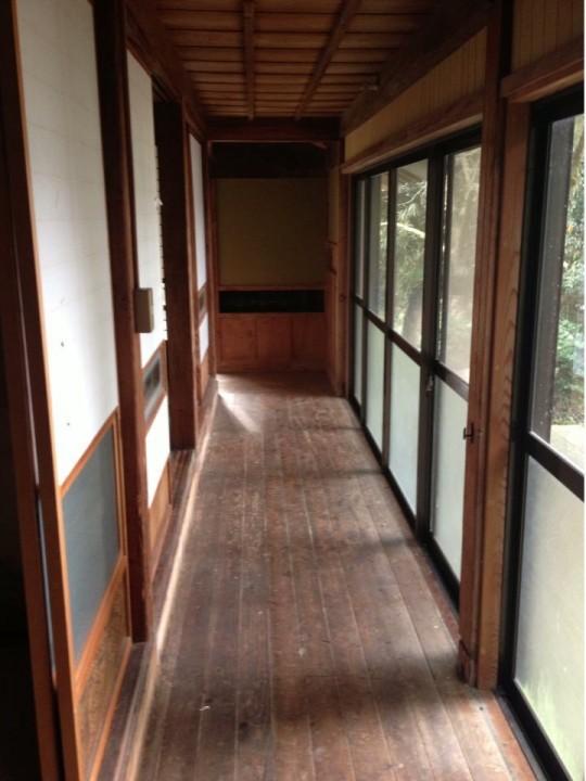 床板の間から地面が見えます。
