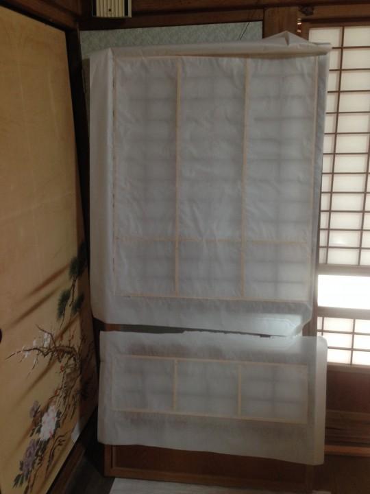 霧吹きをかけて和紙を伸ばすんです。