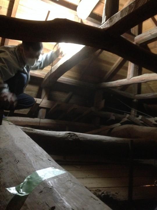 天井を歩くとぶち抜いてしまうので、梁の上だけを伝って作業します。