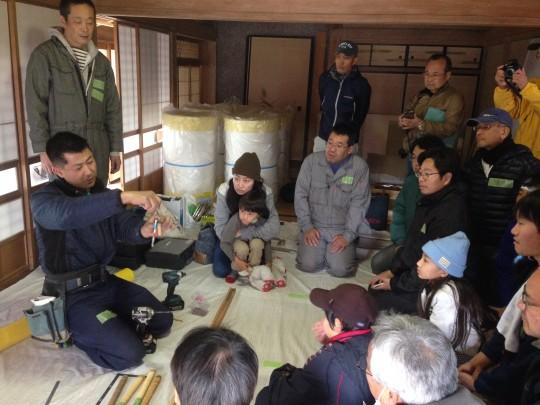 大工の忍田さんから、道具の使い方を習ってからはじめます。