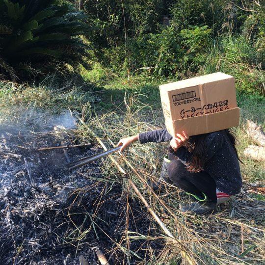 熱風と火の粉をよけるための知恵らしい。