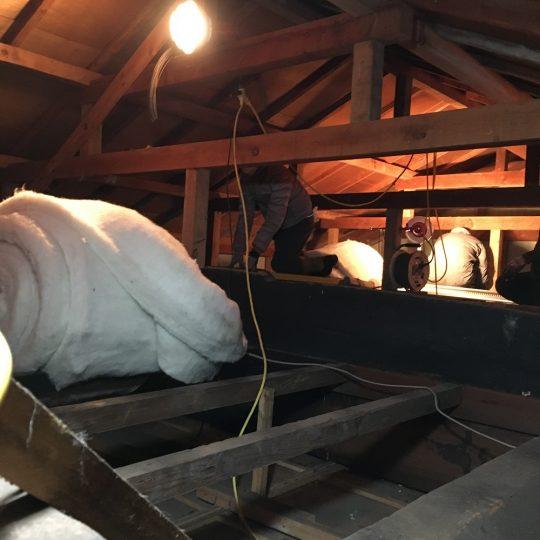 天井の補強や、隙間風の穴をふさぐ作業もした上で、断熱材投入!