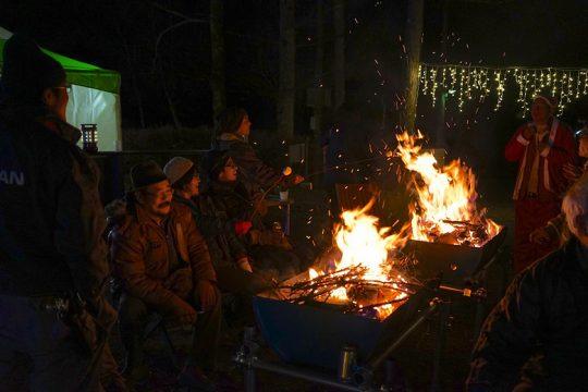 ドラム缶を半分に切った焚き火台で、火を囲みながら仲間でワイワイ盛りあがる夜。
