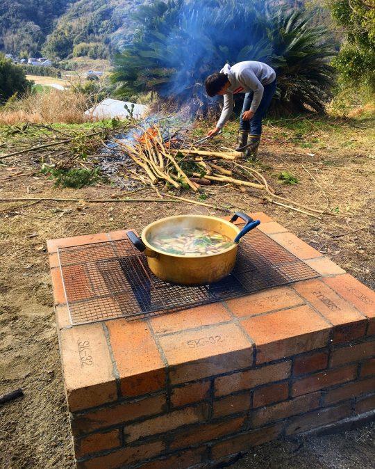 焚き火場とカマドの位置関係。火種が入れやすいように。
