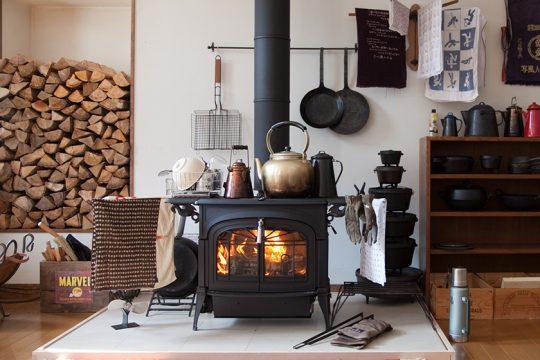 セカンドハウスに薪ストーブを設置して間もない頃の写真。 食器乾燥や洗濯物を干したりと生活感丸出しの風景です。