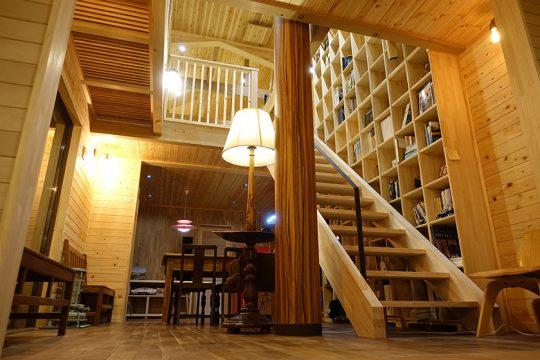 家のセンターの吹抜け部分が、一番居心地の良いスペース。壁には2階の天井までの本棚がある。