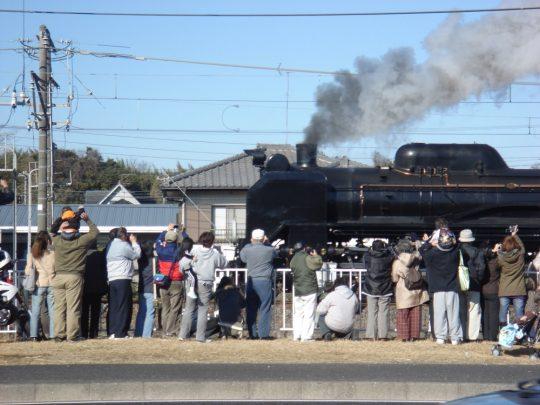 2007年、そんなわけで一般道を走っているときにたまたま遭遇した蒸気機関車。