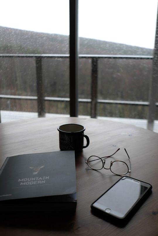 突然の雪の日、暖かい部屋で外の景色を眺めながらコーヒーを飲む。