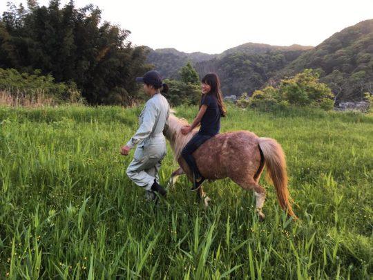 さいごに、裸馬に乗せてもらいました。鞍がないから馬の体温と鼓動が伝わってきて、ドキドキしました。