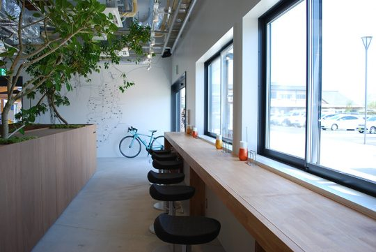 道の駅内にはサイクリストがライドの途中で気軽に入れるカフェがあり、工具や空気入れを借りることができます。