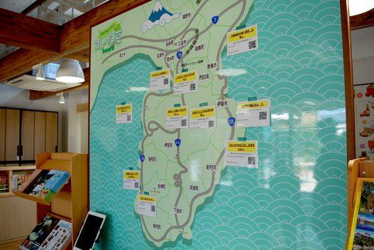 観光情報スペースにある、伊豆各地の情報を貼った地図が面白い。QRコードを読み取って、詳細を自分のスマホやタブレットで確認することができる。