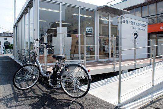 伊豆箱根鉄道駿豆線「伊豆長岡駅」前にある「伊豆の国市観光案内所」では電動アシスト付き自転車のほか、ロードバイクや一般の自転車などさまざまな種類の自転車を貸し出し中。
