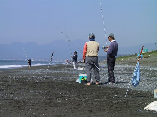 西湘海岸の投げ釣り風景