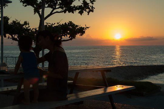 近所のトロピカルビーチへ。日中は日差しが強いので、海に入るのは夕方から。夏から秋にかけての夕景はダイナミックで、いつまでも見飽きることがない。