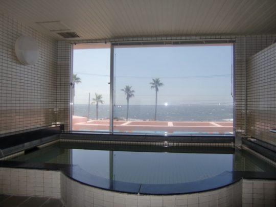 太平洋を望む大浴場