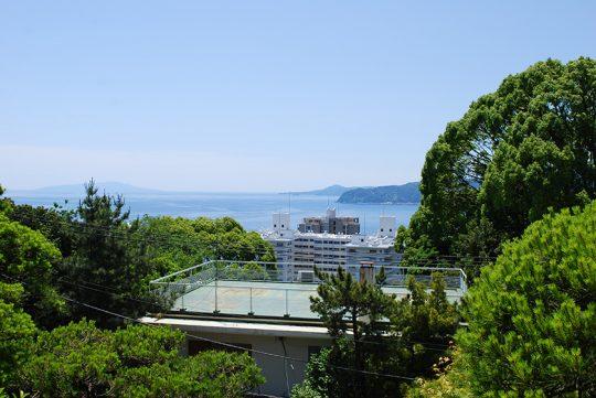 縁高欄のある楼閣風の2階からは遠くに伊豆大島や初島を望む。昔は低い建物が多かったので、眺望はもっと良かったことでしょう。