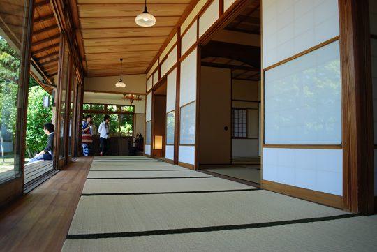 起雲閣の和館「麒麟」にも見られる、「入側造(いりかわづくり)」(座敷の周りを同じ高さの畳廊下で囲む構造)の廊下。