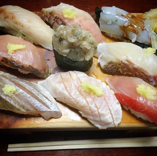 わたしはこういう夕食を期待していたのだ!館山の富鮨「地元握り」。