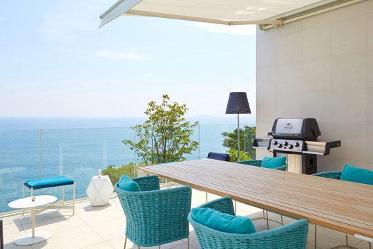 ひとりでいるときは静かに海を眺め、来客がある際は賑やかに。プールサイドのテラスは、なくてはならない場所になっている。