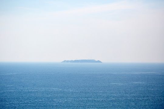 テラスから望める離島、初島。夜、この穏やかな海を眺めていると、疲れが癒されるという。