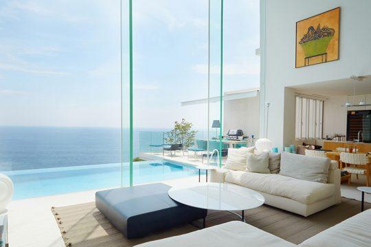 まるでリゾートホテルのロビーのように、洗練された雰囲気のリビングルーム。ソファや家具はアルフレックスで統一。