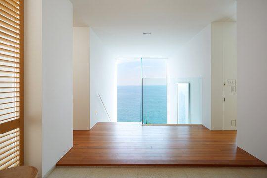 来訪者が、玄関を開けて最初に目にするのは、この景色。真っ青な海が、1枚の絵画のような役割を果たしている。