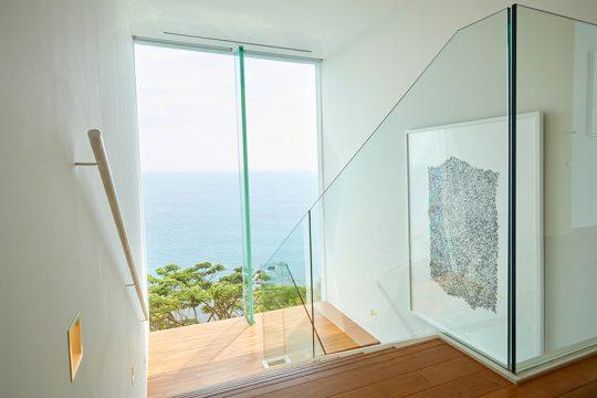 当初、階段はガラスで作られる予定だったが、木製に変更。結果、モダンでありながら温かみのある空間になった。
