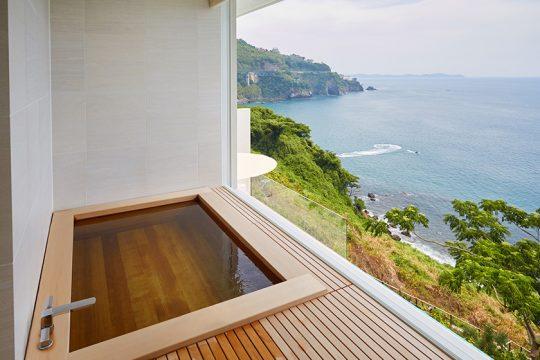 とくに思い入れがあるというお風呂スペースは、窓が一切ついていないオープンエア。浴槽のヒノキのいい香りが漂い、鳥のさえずりも聞こえてくる。