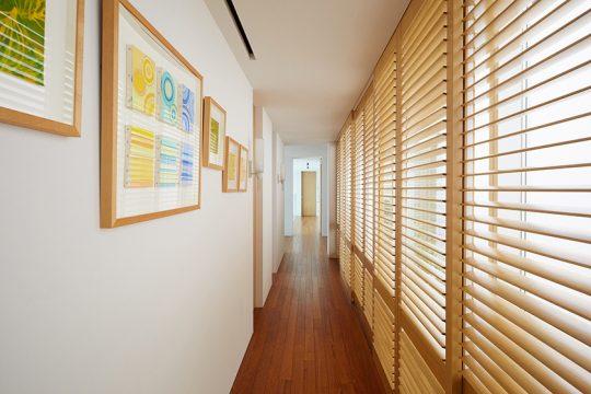 2階部分には、ゲストルームとバストイレが。端から端まで長い廊下が続く。