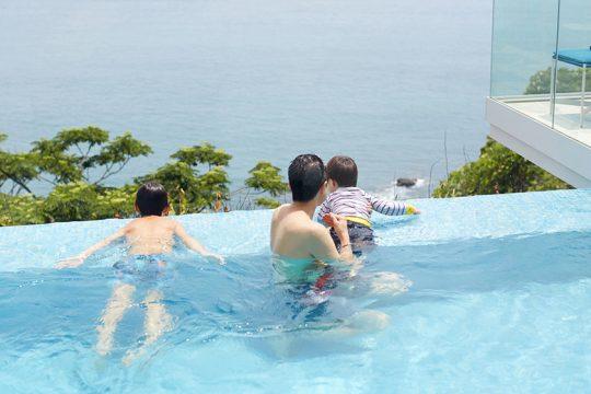 「この家のドレスコードは水着です(笑)」とおっしゃる島田さん。お子さん連れで遊びにいらしたご家族は、揃って気持ちよく水遊び。