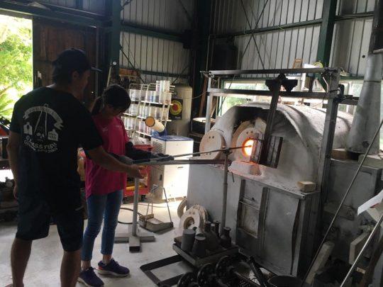 熱さに相対しながら自分の作品に火を入れるポチン。溶解炉やその熱を利用した冷却システムなど、すべて大場さん自身が設計してつくったそうです。