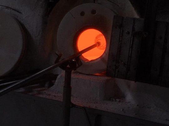 大場さん、暑かろうが寒かろうが毎日この赤々とした炉の前に立っているんだな。