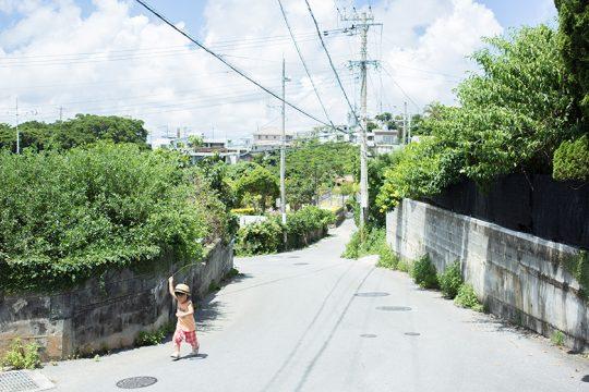 自宅の周辺は、ゆったりとした住宅街。どこか懐かしさを感じる風景