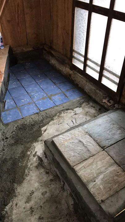 この方もだいーぶ近い。家の中でできるタイル貼り作業をしていたようです。青色が綺麗!