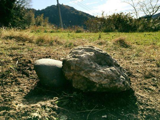 大きな石が、ぴょん。ひとりだとかわいそうだから、小さな石を添えて。